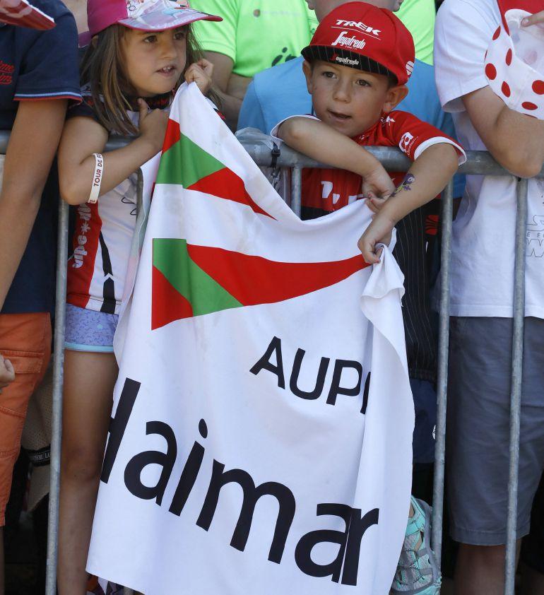 Dos niños anima a Zubeldia con una pancarta durante este Tour