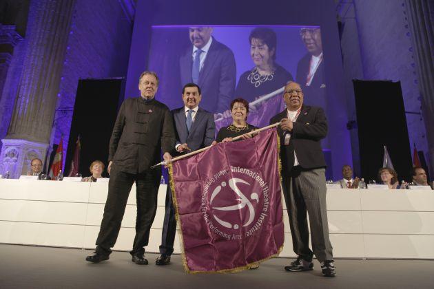 La entrega de la bandera a España como sede del 35 Congreso ha cerrado el acto de inauguración.
