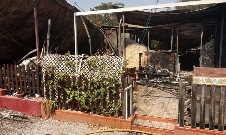 Estado en el que han quedado algunas casetas del camping El Garbí tras el incendio