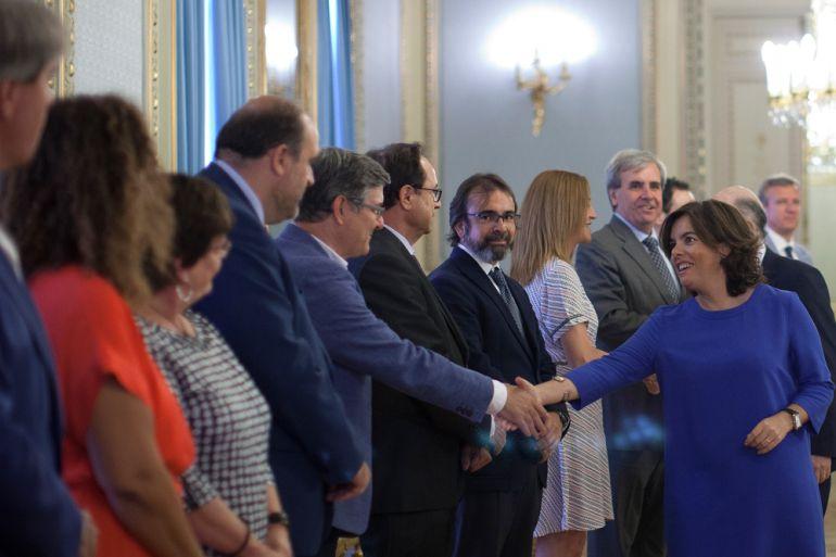Soraya Sáenz de Santamaría saluda al consejero de presidencia, Vicente Guillén