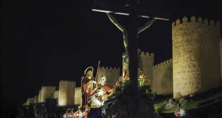 Vista de una de las procesiones, a su paso por el lienzo norte de la Muralla
