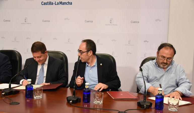 El presidente de Castilla-La Mancha (i) y los representantes de CCOO y UGT (d)
