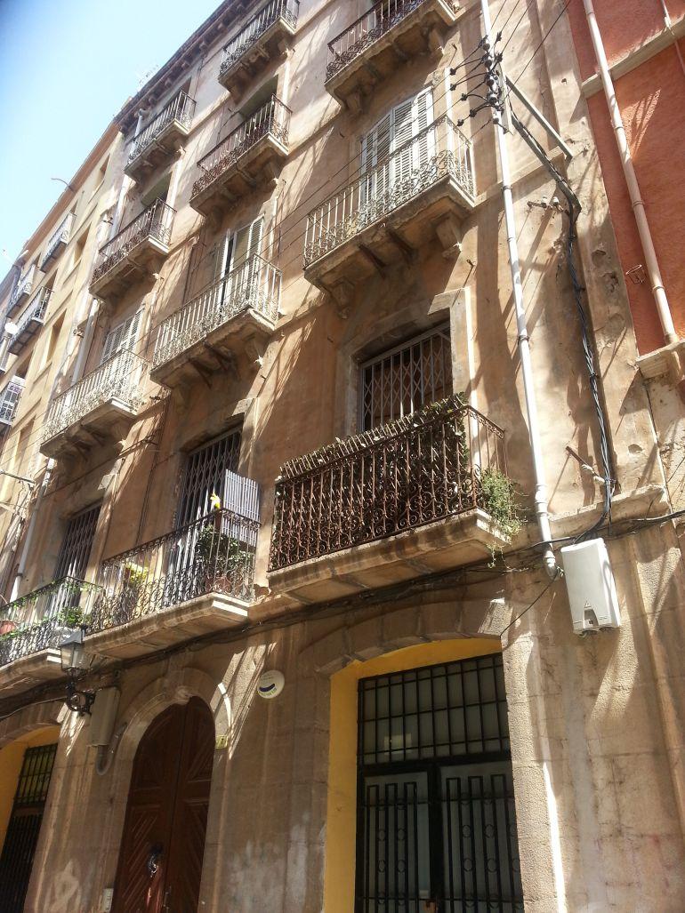Façana de l'immoble afectat per un esfondrament parcial al carrer Dr.Ferran de Tortosa.