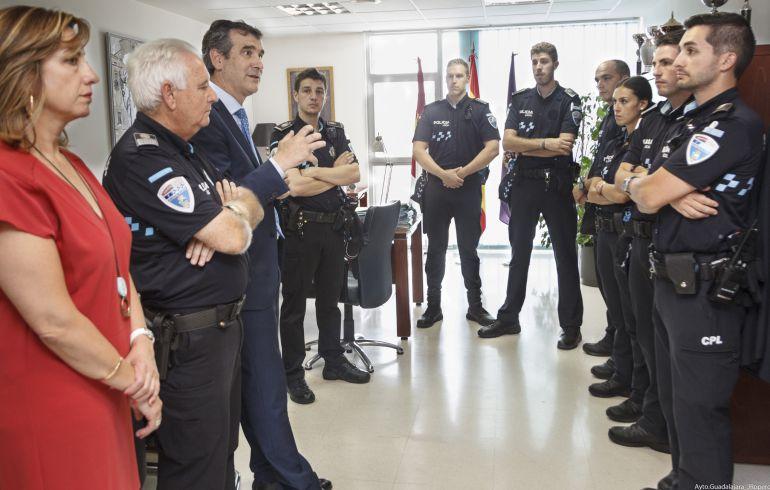 El alcalde y el jefe de Policía con los nuevos agentes