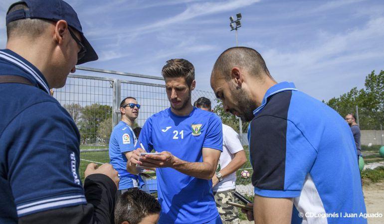 Rubén Pérez firma autógrafos a los aficionados tras un entrenamiento de esta pretemporada