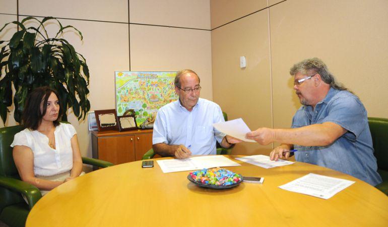 Manuel Robles firma el convenio con el presidente de la FAMPA, José Manuel Simancas.
