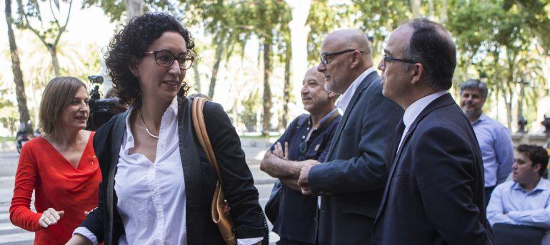La portavoz de JxSí, Marta Rovira (c), acompañada del conseller de la Presidencia y Portavoz del Govern , Jordi Turull (d), y la presidenta del Parlament, Carme Forcadell (i) a su llegada al TSJC