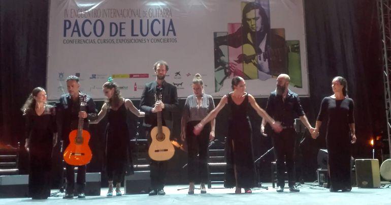 """Tamara y Úrsula López reciben el aplauso del público junto a los artistas que las acompañaron en el espectáculo dedicado de Paco de Lucía """"Bailándote""""."""