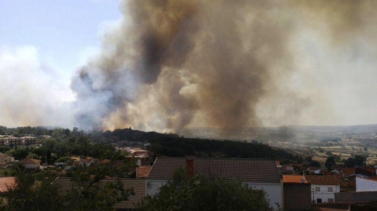 Controlado el incendio que obligó a desalojar un cámping en Aldeadávila