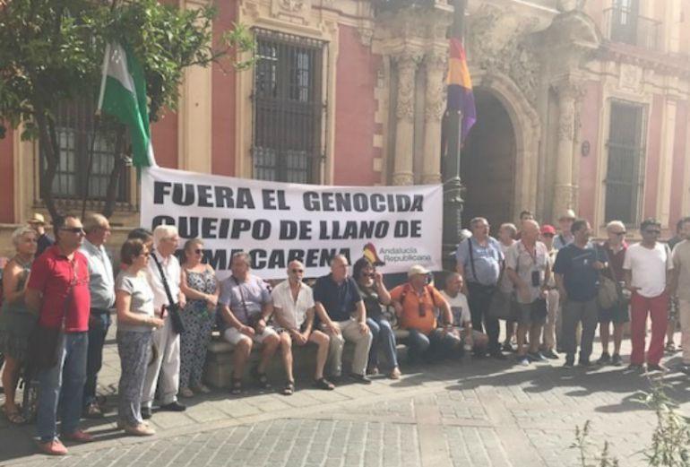 Algunos de los participantes en la 'Vigilia Antifascista', esta mañana a las puertas del Arzobispado de Sevilla