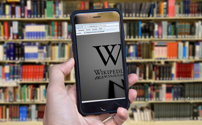 La enciclopedia en internet es una herramienta colaborativa que ofrece a cualquier persona a aportar conocimiento, discutir otras entradas o difundir elementos culturales.