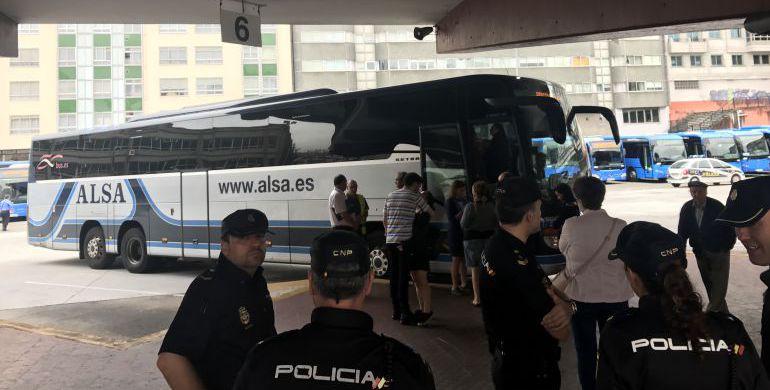 La Policía controlando la subida de pasajeros a un bus