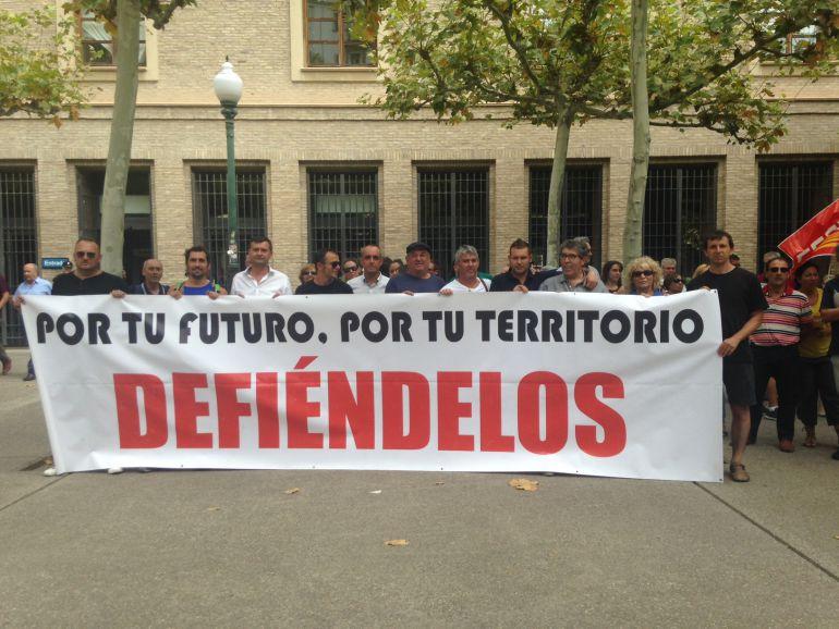 Varios mineros, durante una de sus movilizaciones ante la sede del Gobierno de Aragón
