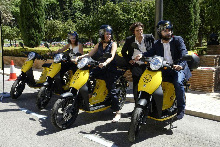 Diferentes instituciones probando el servicio del alquiler de motocicletas Muving