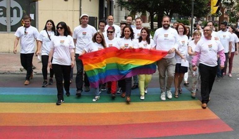 La alcaldesa de Getafe cruzando uno de los pasos de peatones arcoíris cuando se inguró.