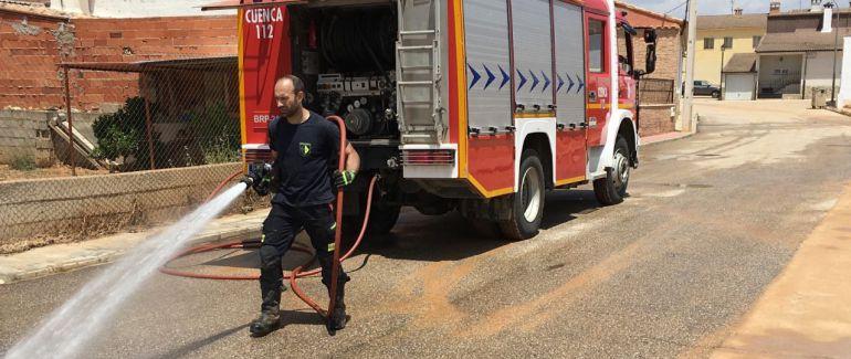 Actuación de los bomberos provinciales durante la limpieza de las calles de Minglanilla tras las riadas de junio de 2017.