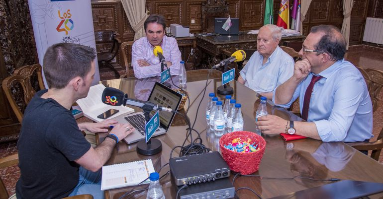 De izquierda a derecha, el presentador, César García, el alcalde de Porcuna, Miguel Moreno, el cronista oficial, Antonio Recuerda, y el director del museo, Luis Emilio Vallejo.