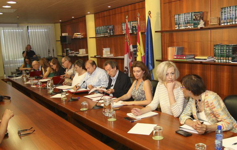 Imagen de los participantes en la firma del acuerdo entre sindicatos y Junta de Castilla y León