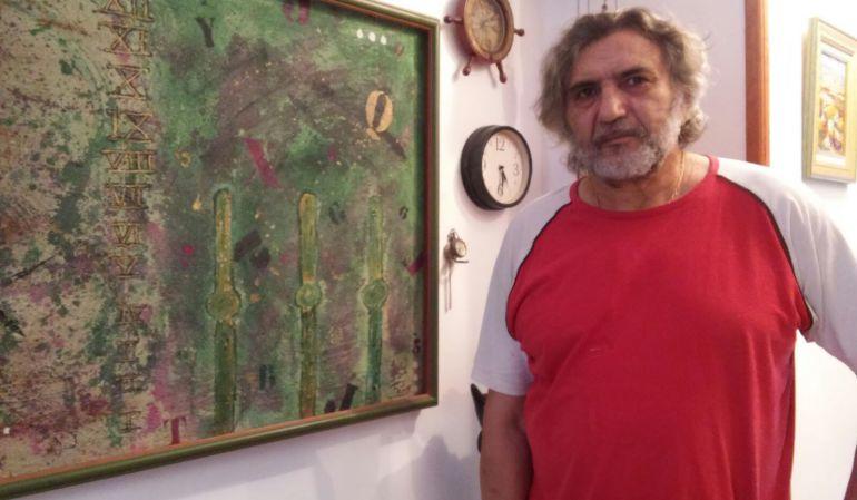 Andreu Fons i Garcia en su domicilio en Jódar, ante una de sus obras