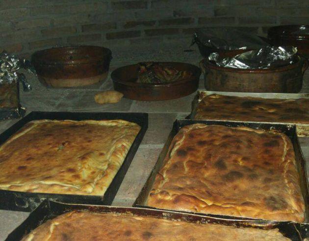 El horno tradicional de Casa Cazoleiro en pleno funcionamiento