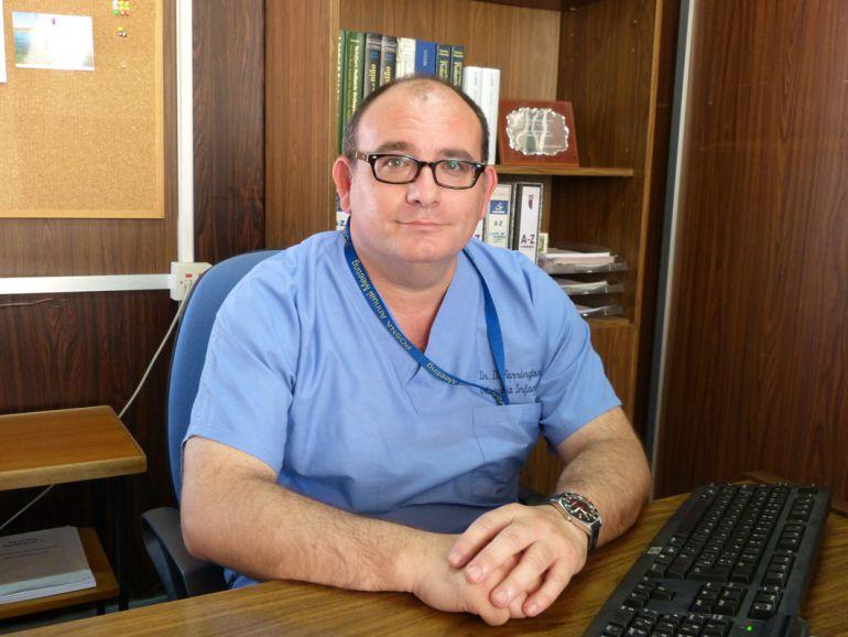 La dimisión de un prestigioso cirujano pediátrico deja en vilo a una treintena de familias