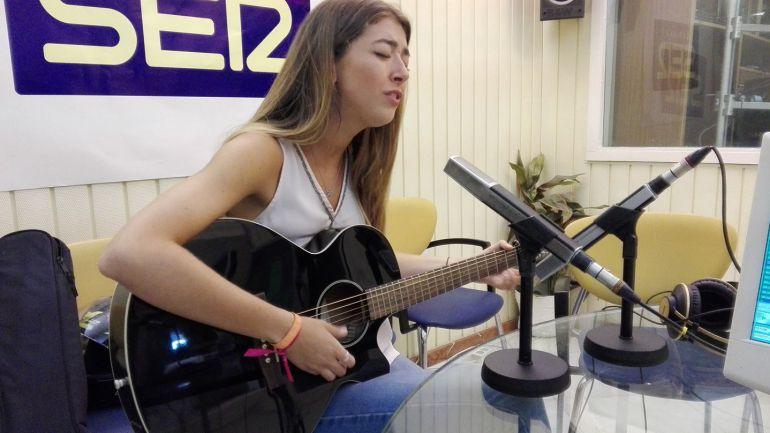 Paloma Rollán, en plena actuación en los estudios de Radio Jerez