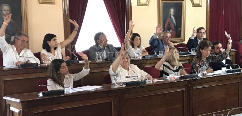 Una votación del pleno del concello de Lugo con los diputados del PP y Ciudadanos