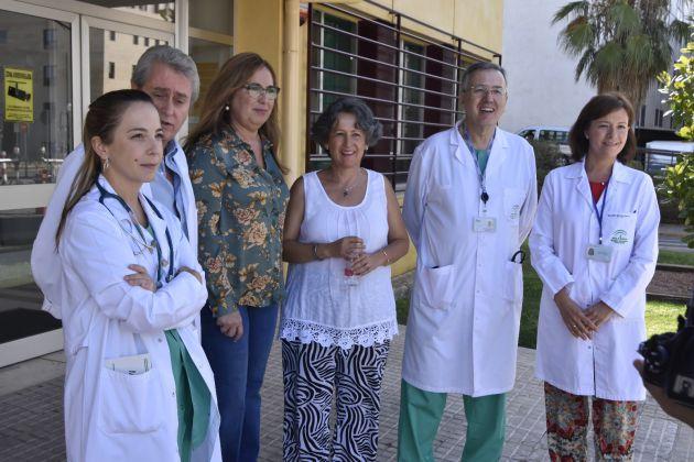 Responsables del Hospital Reina Sofía, la delegación de Salud y la madre de Alejandro, María Teresa Losada.
