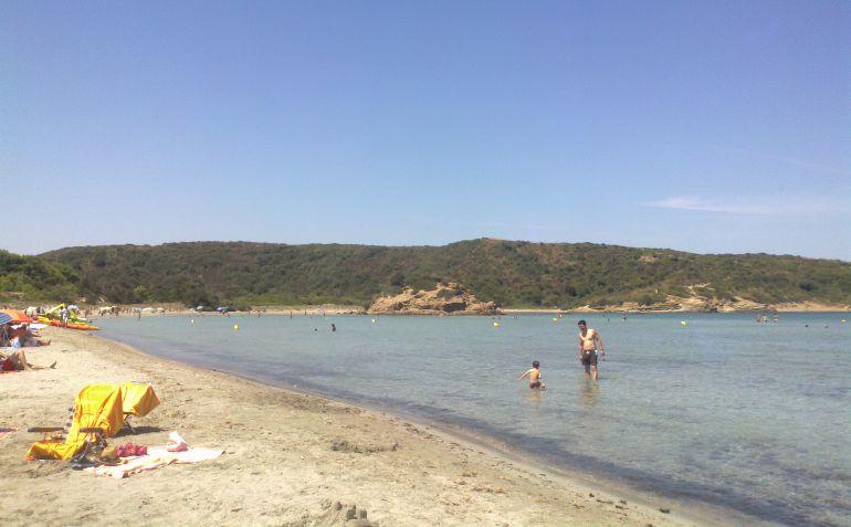 La playa de Es Grau está dentro del espacio del Parque natural de S'Albufera de Es Grau y, al estar cerca de Mahón y tener poca profundidad, tiene muchas familias con niños que acuden a ella en verano.
