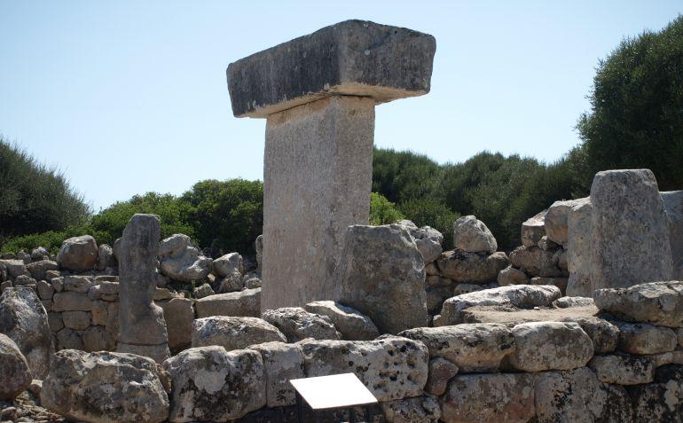 Este yacimiento está en el municipio de Alaior (Menorca) y tiene varios elementos de gran interés arqueológico, como su sala hipóstila o las taulas y talayots.