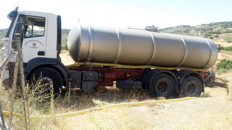Uno de los camiones cisterna de la Diputación que reparte agua a los municipios
