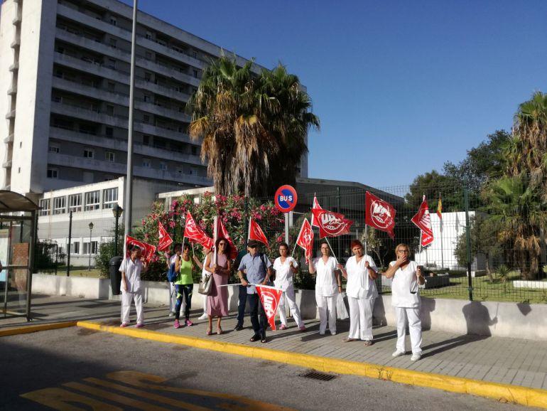 Delegados sindicales y trabajadores, durante la concentración a las puertas del centro.