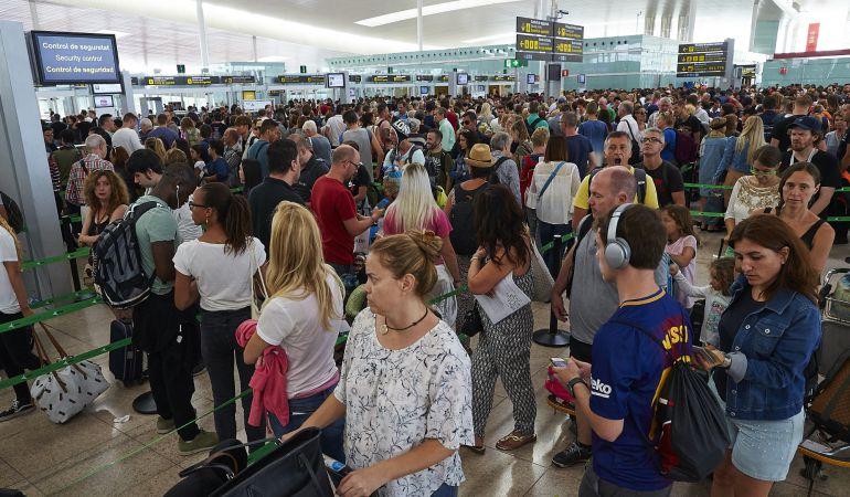 Las colas en los controles de seguridad han desbordado la terminal T1 del Aeropuerto de Barcelona-El Prat y han alcanzado la hora de espera.