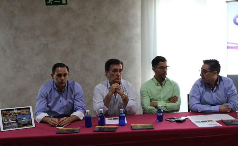 Responsables del Restaurante La Brasería, el alcalde de Cuéllar, y el responsable de Inmedia, explican la nueva aplicación de turismo.