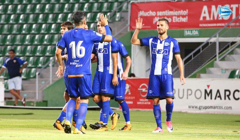 Los jugadores del Alavés celebran el gol marcado por Sobrino contra el Levante UD.