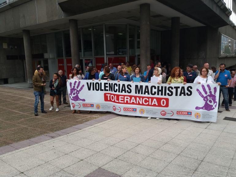 Sindicalistas de Comisiones Obreras y UGT concentrados en en Oviedo para exigir el fin de la violencia machista