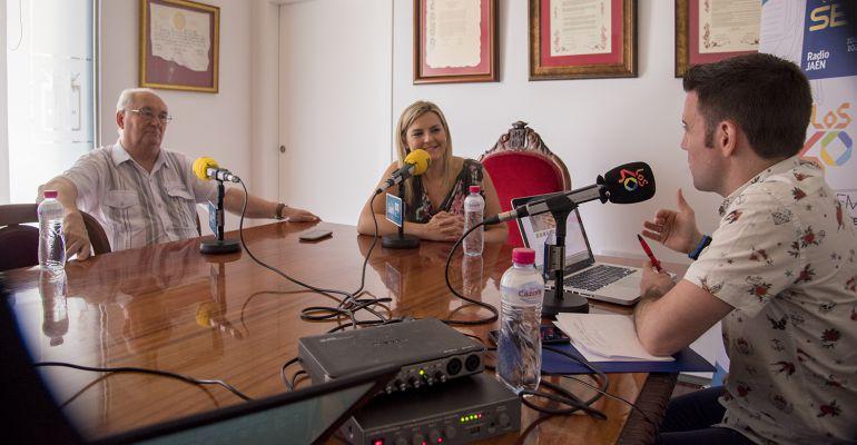 De izquierda a derecha, Antonio Checa, escritor, Lola Marín, alcaldesa de Baeza y César García.