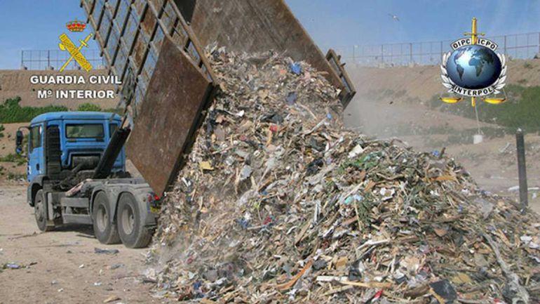 Un camión volcando residuos.
