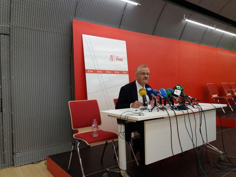 Antonio Trevín anuncia su dimisión como diputado en el Congreso durante una comparecencia en la sede de la FSA