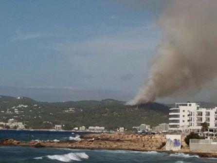 La columna de humo se divisa desde kilómetros de distancia