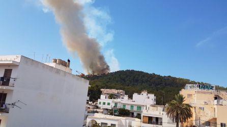 La intensa columna de humo se ve desde kilómetros de distancia