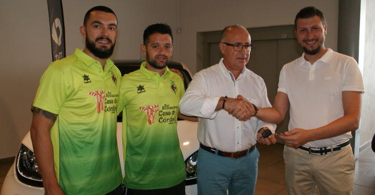 De izquierda a derecha, Giasson, Burrito, Germán Aguayo, presidente del Jaén Paraíso Interior, y Antonio López, jefe de ventas de Jadisa.