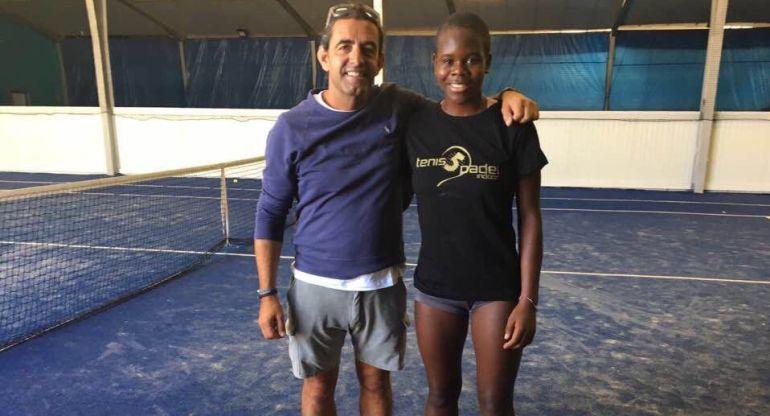 Dami Edibson posa con Julio Aguilar, de Tenis5