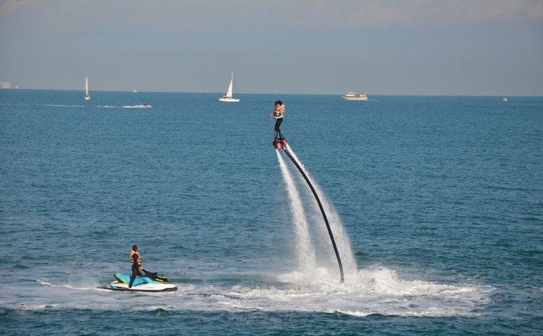 Las motos acuáticas no son una novedad en la oferta de actividades náuticas, pero con la variante del flyboard y las excursiones por la costa sur de Ciutadella, están entre lo más demandado por los turistas que vienen a Menorca.