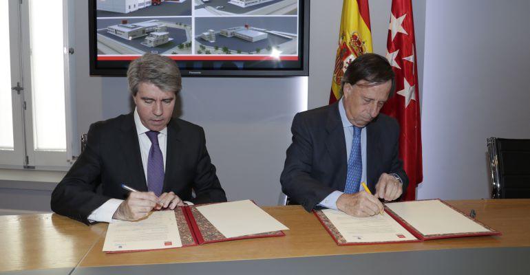 Firma del acuerdo entre la Comunidad de Madrid y el ayuntamiento de Alcobendas para la construcción del parque de Bomberos