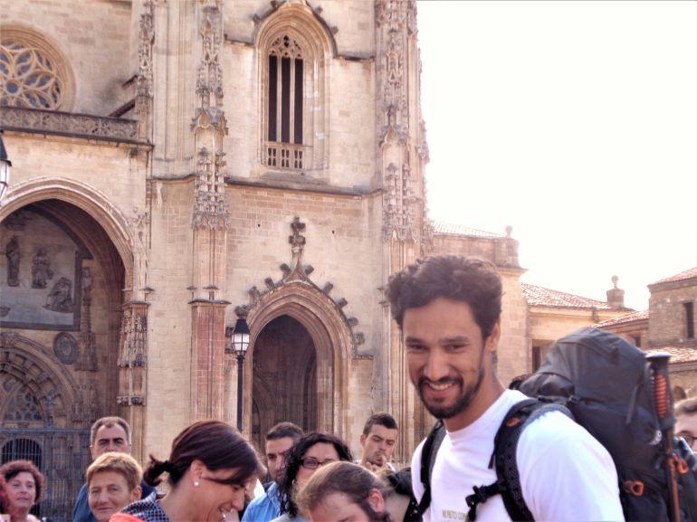 Stany Coppet, rodeado de fans ante la Catedral de Oviedo donde ha iniciado el 'Reto Con Migo' de la Fundación Anda Conmigo