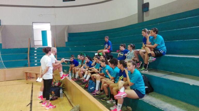 Fran Piedecausa dando explicaciones a su equipo
