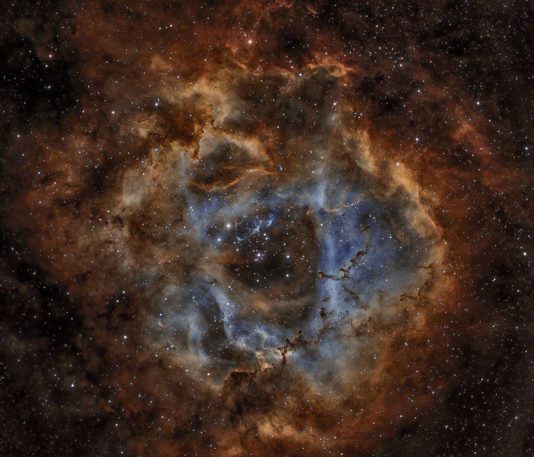 Nebulosa Roseta o NGC 2244, está situada en la constelación de Monoceros a unos 5200 años-luz de distancia de la Tierra.