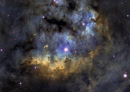 Nebulosa NGC 7822 en la constelación de Cefeo  Primera foto publicada desde León en APOD de la NASA en 2011  Realizada en Banda Estrecha, con filtros de Hidrógeno Alfa, Oxigeno III y Sulfuro II, siguiendo la paleta Hubble
