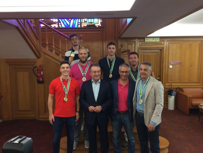 Los integrantes leoneses de la selección sub 21 son recibidos en el Ayuntamiento.
